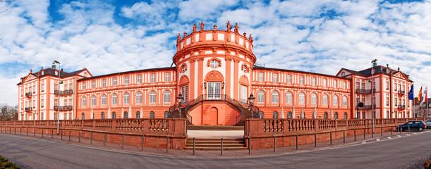Das barocke Biebricher Schloss in Wiesbaden am Rheinufer