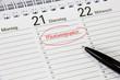 Kalender mit Notiz Mitarbeitergespräch - 77751475