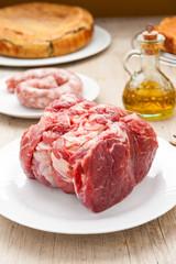 Pezzo di roast beef crudo su un piatto