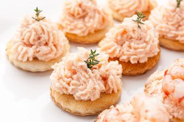 Crostini con spuma di salmone affumicato e  con  gamberetti