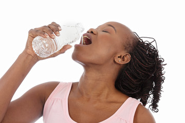 jeune femme noire buvant eau