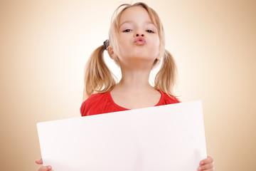 Kind mit Kussmund und Werbeschild