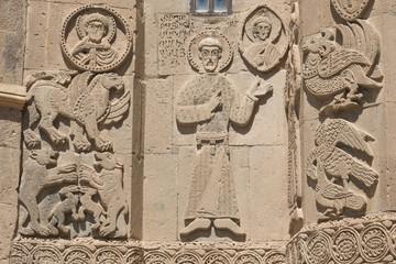 Relief aus Tuffstein an der armenischen Heiligkreuzkirche in Akd