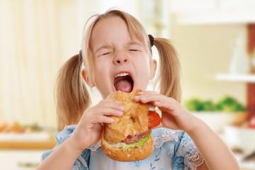 Mädchen hat großen Hunger