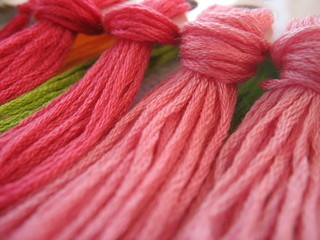 Разноцветные нитки для вышивальщицы
