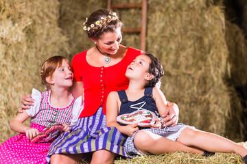 Bayrische Familie sitzt auf Heuboden