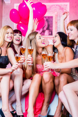 Frauen feiern im Nachtclub oder Disco