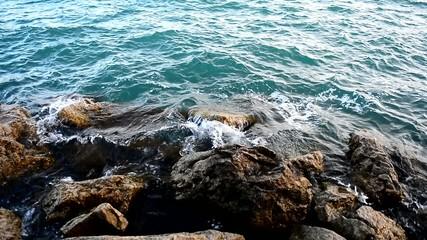 sahilde dalgaların taşlara vurması