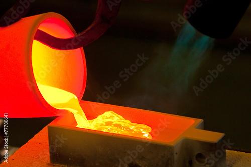 金の鋳造 Casting of the bar of the gold - 77780641