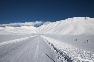 snow mountain scenery,straight snow covered