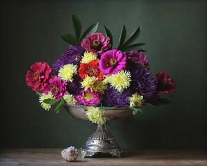 осенние цветы в железной вазе и ракушка