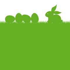 Simpatico Coniglio con uova di Pasqua sull'erba