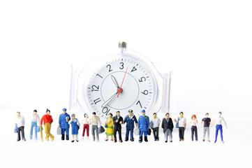 大勢の人々とアナログ時計