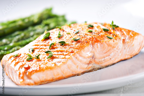 Fillet of salmon with asparagus - 77807407