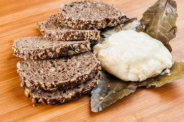 Fromage et pain aux céréales