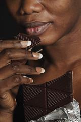 femme noire mangeant chocolat