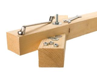 Holzbalken mit Schraube und Werkzeug