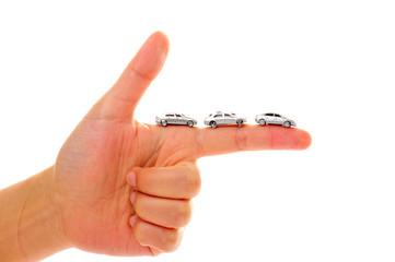 人間の手のひらを走っているたくさんの車