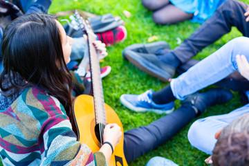 Freunde singen gemeinsam Lieder im Sommer