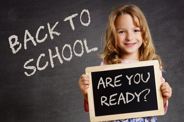 Kind mit Tafel - Back to School Are you ready?