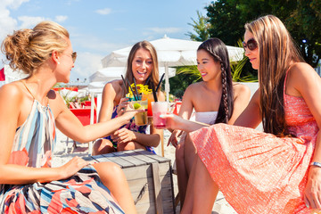 Freundinnen trinken Cocktails in Beach Bar