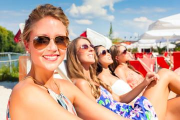 Freundinnen sonnen sich in Beach Bar