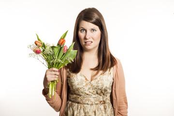 Mädchen ist nicht erfreut über Blumenstrauß