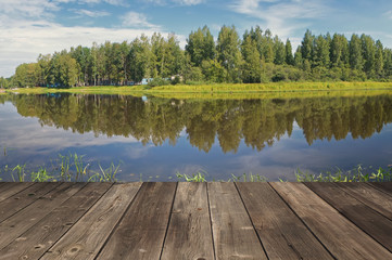 Деревянный пол террасы на фоне озера