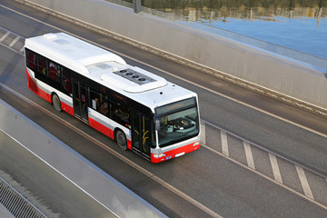 Stadtbus auf Brücke
