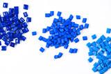 3 verschieden blaue Kunststoffgranulate