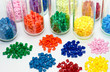 farbige Polymer Granulate im Testlabor - 77830605