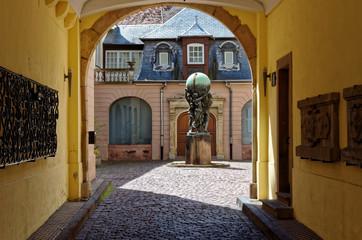 Porche avec statue