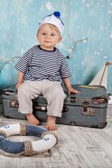 kleiner Seemann mit Koffer