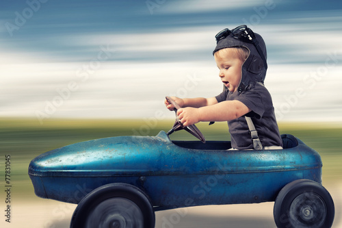kleiner Junge im Tretauto - 77831045