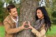 canvas print picture - Verliebtes Paar hinter einem Baum
