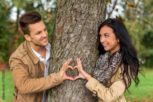 canvas print picture Verliebtes Paar hinter einem Baum