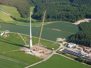 Windkraftanlage im Bau befindlich
