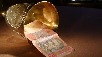 Упавшая гривна (в чаше) и помощь в евро