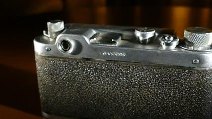 Старинный фотоаппарат сзади (с пустого синего фона)