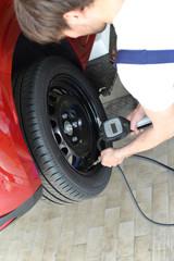 Kontrolle Reifenluftdruck in Werkstatt