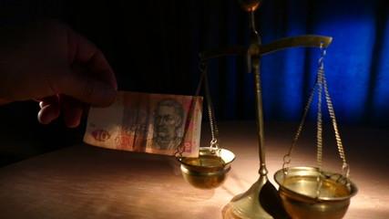 Старинные весы сравнивают гривну и доллар