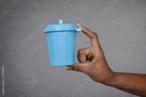 main femme noire tenant poubelle - 77839839