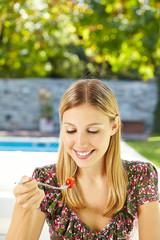 Frau isst Salat mit Gabel