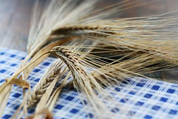 Weizenähren auf Tischtuch