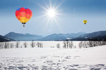 bunte Heißluftballons am Tegernsee, Winterlandschaft