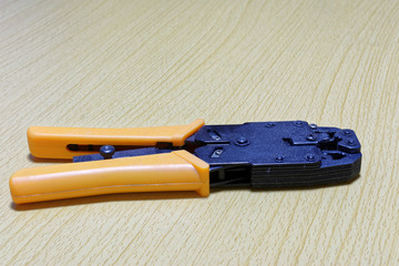 Crimping tool for twisted pair