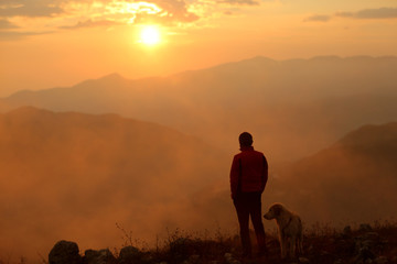 uomo e cane al tramonto