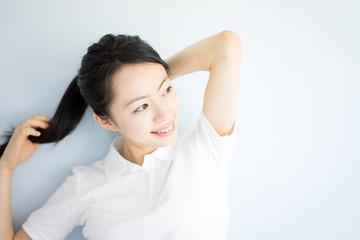 髪をまとめる女性