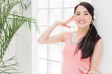 ヘッドフォンで音楽を聴く女性