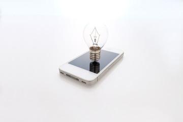 電球とスマートフォン